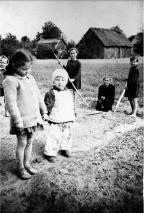 Zdjęcie: porządkowanie placu wykonane zostało przed szkołą, z roku 1961, na tle starej posesji i zabudowań Feliksa Muchy. Na zdjęciu (na pierwszym planie od lewej) Danuta Grochowska i Mirosław Grochowski, dalej: Barbara Dmitruk, Elżbieta Teklak, Lucyna Gmitruk. Najbardziej na lewo, w tle: Zenka (Regina) Borysiak