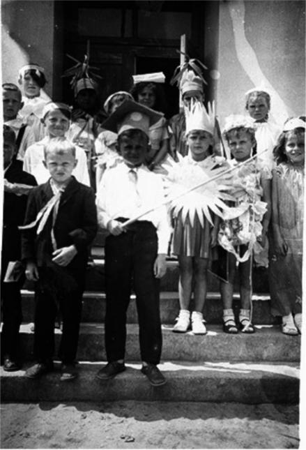 Inscenizacja uczniow klasy II, Patkow 1962 r.