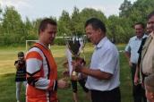 Puchar w imieniu zwycięzców turnieju odbiera kapitan LZS Patków - Damian Łączyński