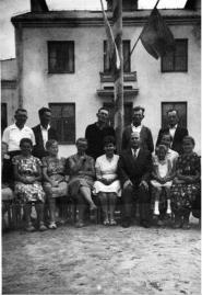 Pamiątkowa fotografia przed szkołą w Patkowie, 1963r.