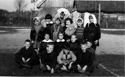 Pamiątkowe zdjęcie na placu szkolnym w Patkowie