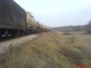 Pociąg przejeżdżający przez Patków, w tle boisko