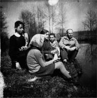 Tadeusz Grochowski na wycieczce z uczniami nad rzeka Toczna, 1962 r.