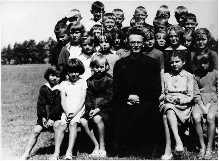 Uczniowie szkoły w Patkowie z księdzem, 1960 r.
