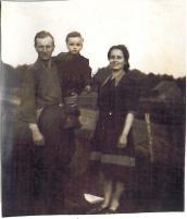Janina i Bronisław Raczuk z synem Wojtkiem (lata 50-te XX w.)