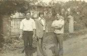 Patków z 1975, na tle bramy Tolka Kuźmy, od lewej: Witold Dmitruk, Stanisław Gmitruk, Zygmunt Gmitruk