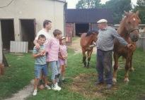 Patków 1995 - Tolek Kuźma z koniami oraz Stanisław Gmitruk z dziećmi: Łukasz, Tomek i Kasia