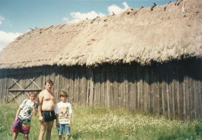 Patków 1995, na tle starej, nieistniejącej stodoły, Stanisław Gmitruk z synami Tomkiem i Łukaszem