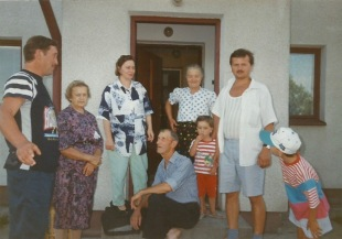 Patków 1995 - przed domem Raków, od lewej: Mieczysław Rak, Irena Gmitruk, Liliana Rak, siedzący Tadeusz Rak, Stanisław Gmitruk