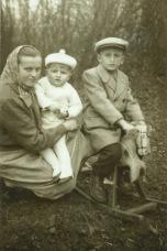 Rodzina Gmitruków z roku 1956; na zdjęciu są, od lewej: Irena Gmitruk, Stanisław Gmitruk - w wieku ok. 1 roku oraz Zygmunt, wówczas lat 7