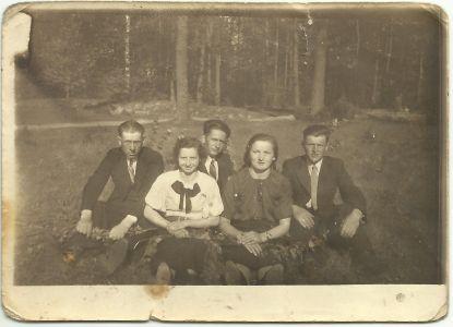 Zdjęcie z ok. 1942 r. Patkowska młodzież, od lewej- Stanisław Gil, Wacława Tomaszuk, Henryk Gmitruk, dwie osoby z prawej nierozpoznane