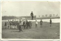 Zdjęcie z 1970 roku (wczesna wiosna); uczniowie z Patkowskiej szkoły 8-klasowej na wycieczce na boisku w Patkowie.