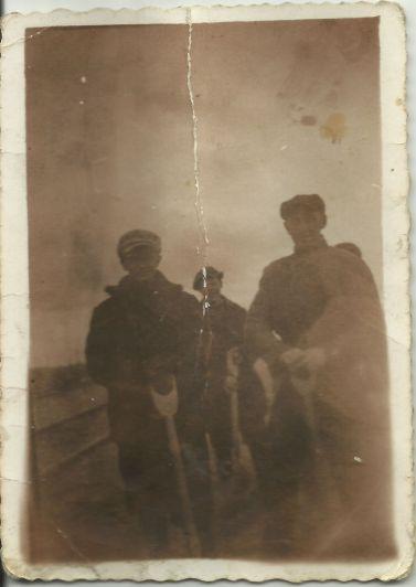 Zdjęcie z roku 1964; mieszkańcy Patkowa przy odśnieżaniu drogi z Patkowa w kierunku Niemojek. Na zdjęciu- Henryk Gmitruk i Stanisław Gil