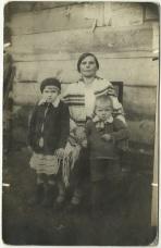 Zofia Kuźma z dziećmi Apolonią (Polka) i Julianem (Tolkiem), zdj. z roku ok. 1934.