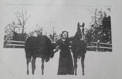 Wanda Kopciówna na paddocku przy stajni w Patkowie, 1936 r.