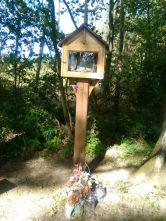 Kapliczka w Patkowie w lesie przy drodze na Prusy