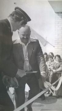 Otwarcie przystanku w Patkowie 7 maja 1977 r. Uroczyste przecięcie wstęgi przez Stefana Raczuka, działacza PZPR z Patkowa Prusy.