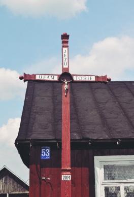 Krzyż na posesji Tadeusza Raka