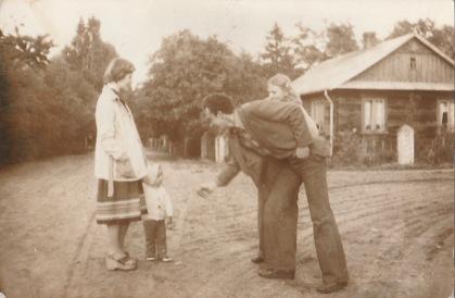 Na pierwszym planie Andrzej Gil. Zdjęcie zrobione w Patkowie, na krzyżówce przy obecnej świetlicy.