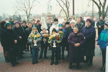 Przed kościołem w Niemojkach, lata 90-te. Mieszkańcy Patkowa odprowadzają figurę Matko Boskiej.