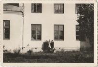 Zdjęcie na tle szkoły w Patkowie. Osoby nierozpoznane